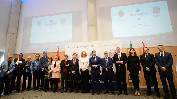 Foto de familia de los representantes de las instituciones participantes en el foro.