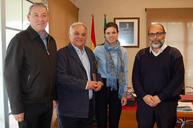 Antonio Rivero (segundo por la izquierda) ha recibido la medalla de manos del presidente de la Autoridad Portuaria.