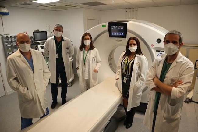 La jefa de servicio de Radiodiagnóstico, Isabel Romero, segunda por la derecha, muestra el nuevo TAC junto a parte del equipo de Neurorradiología.