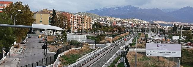 Línea del AVE a su entrada a la capital granadina.