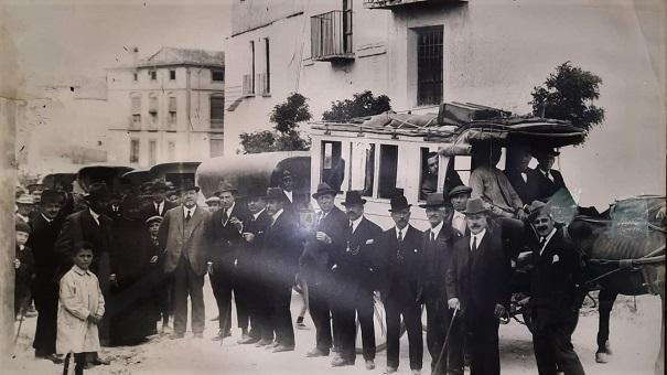 Carruajes de la empresa Maestra saliendo de la Plaza de San Francisco en 1905.