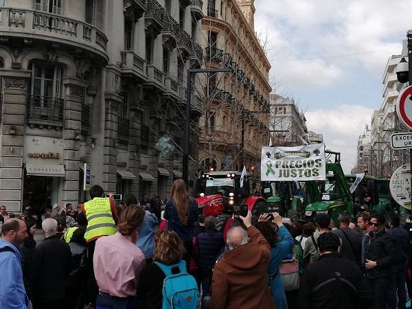 Imagen de la manifestación a su paso por Gran Vía.