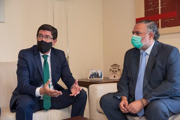 Juan Marín, este lunes en Granada con Pablo García, delegado de la Junta.