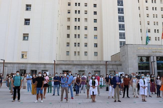 Los residentes, en la explanada del hospital, con la gerente y el delegado de Salud.