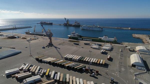 El buque Miramar Express en el Muelle de las Azucenas.