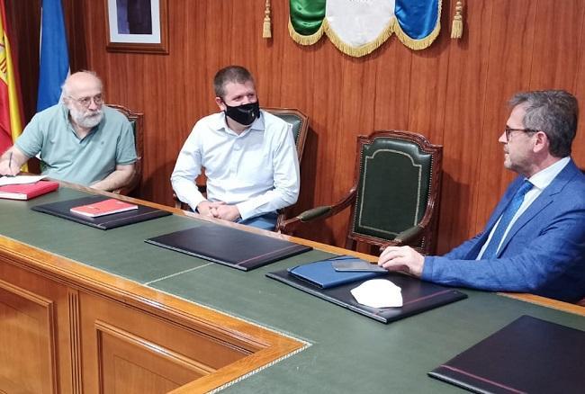 El delegado de Turismo de la Junta en Granada, Gustavo Rodríguez, junto al alcalde de Monachil, José Morales, y el concejal de Empleo y Desarrollo, Blas Gómez, de dcha a izda.