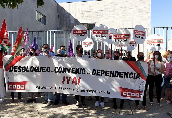 Concentración frente a la sede de la Confederación Granadina de Empresarios.