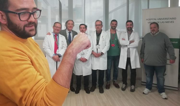 El paciente con el equipo médico al fondo.
