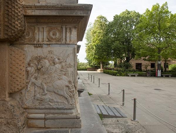 Imagen del acceso al Palacio de Carlos V de la Alhambra.