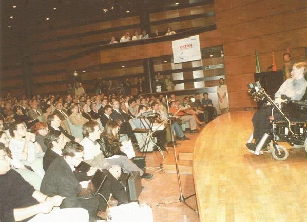 Auditorio de Caja Rural, completamente abarrotado de estudiantes.