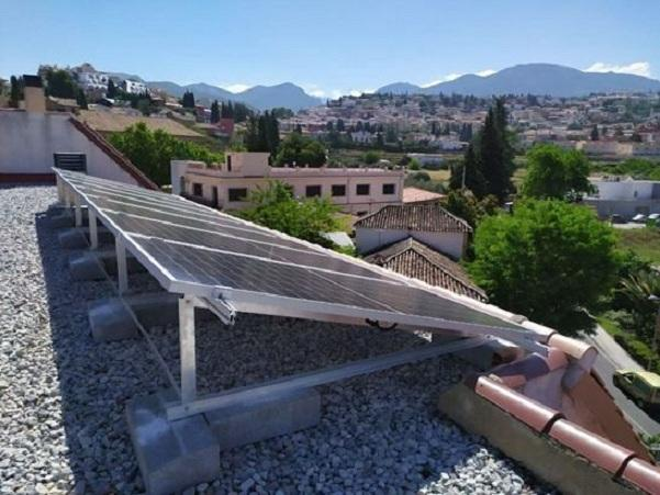Placas solares en el tejado de un edificio municipal.