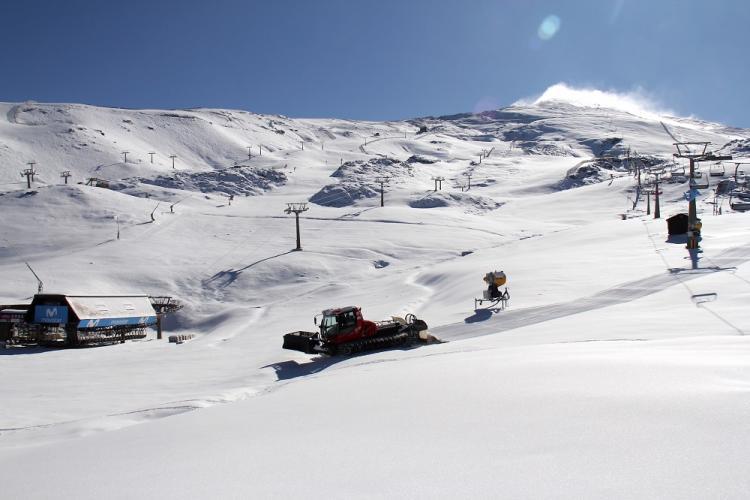 Las máquinas han comenzado a pisar la nieve en Borreguiles.