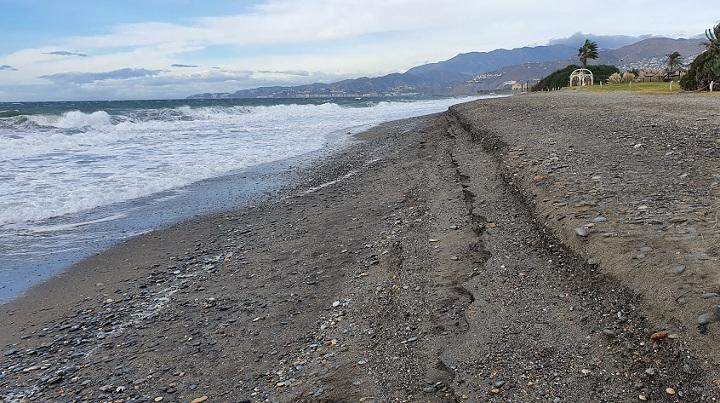 Playa de Motril, tras un temporal.