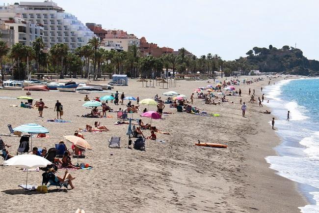 Playa de San Cristóbal, en Almuñécar, este verano.