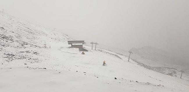 Imagen de la zona alta de Sierra Nevada teñida de blanco.