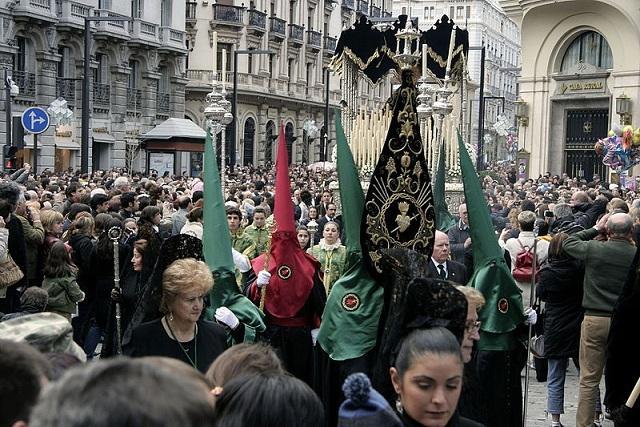 Procesión por el centro de Granada.