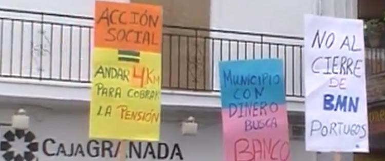 Detalle de una de las protestas contra la exclusión financiera en la Alpujarra.