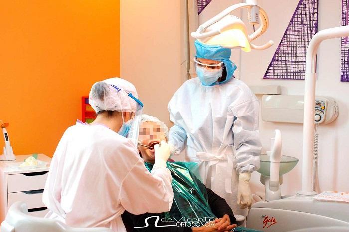 La atención a los pacientes se lleva a cabo con un estricto protocolo sanitario.