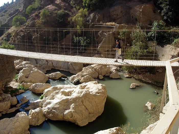Puente colgante sobre el río Velillos.