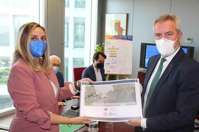 Marifrán Carazo recibe el informe de viabilidad manos de José García Fuentes.