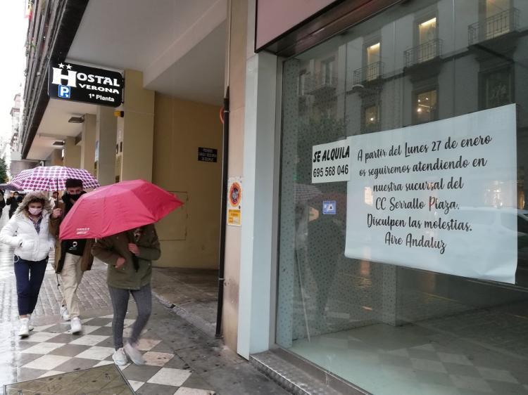Cartel anunciando el cierre de un negocio que seguirá atendiendo en un centro comercial.