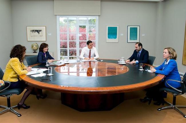 Reunión en La Moncloa para abordar cambios en la ley hipotecaria.