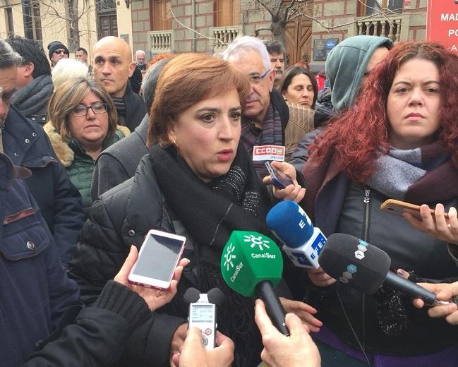 Sandra García atiende a los periodistas.