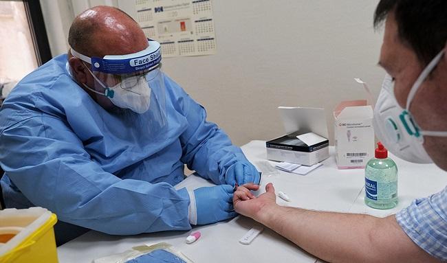 Un médico atiende una consulta.