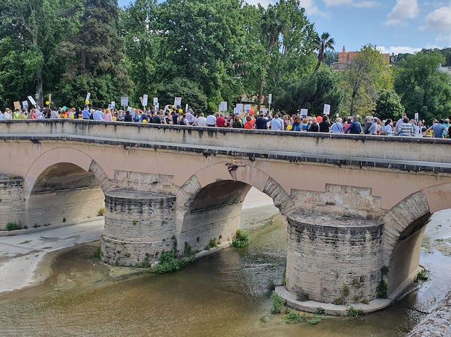 Concentrados sobre el puente romano del Genil.