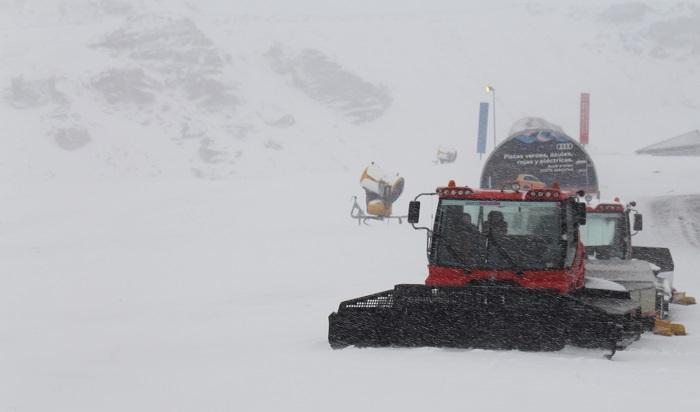 Una máquina trabajando en la estación de esquí.