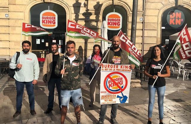 Personal afectado por los despidos y representantes sindicales, frente al Burger King.