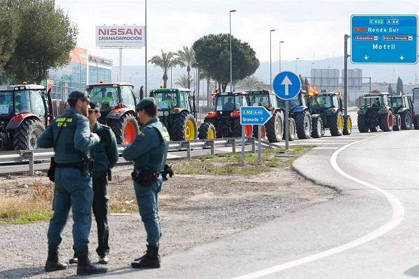 Agentes de la Guardia Civil en uno de los puntos de la Circunvalación.