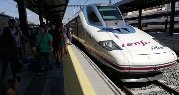 Un tren AVE, en la estación de Granada.