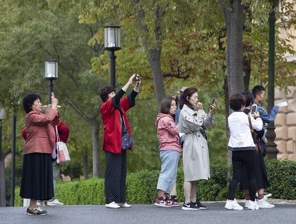 Imagen de archivo de un grupo de turistas en el entorno de la Alhambra.