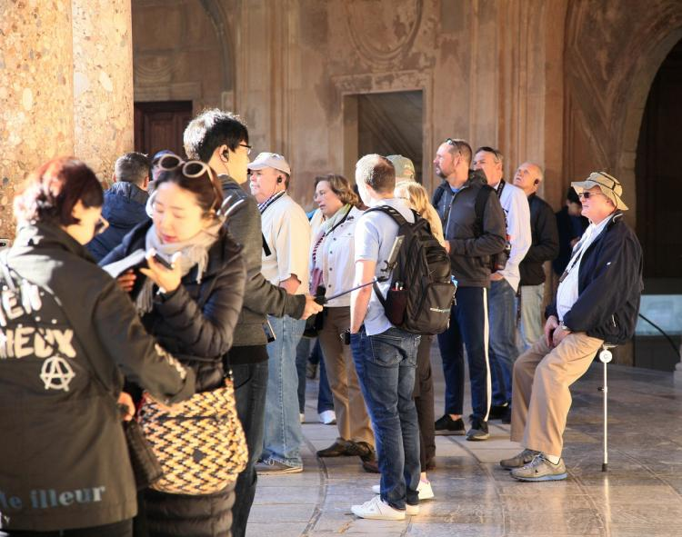 Turistas en el Palacio de Carlos V de la Alhambra.