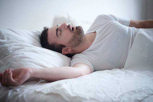 La apnea del sueño tiene una alta prevalencia, más en hombres que en mujeres.