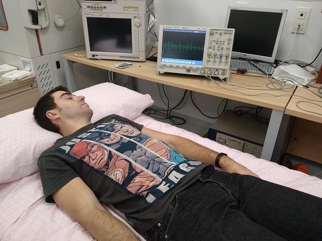 Prototipo de SensoBed con una persona siendo monitorizada sin ningún tipo de dispositivo invasivo.