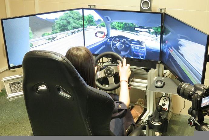 Una participante en el estudio realiza la sesión con el simulador de conducción.