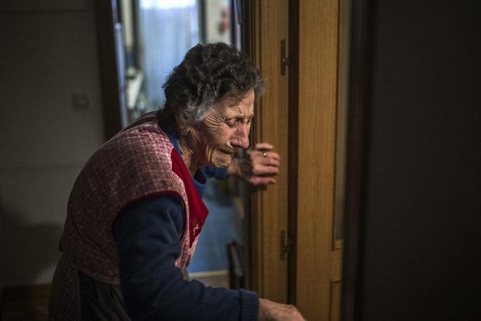 Una mujer llora durante un desahucio.