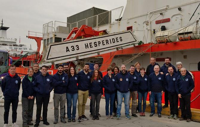 Equipo científico de la UGR, antes de embarcar en el buque 'Hespérides'.
