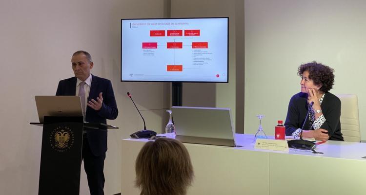 Teodoro Luque presenta el estudio, junto a la rectora Pilar Aranda.
