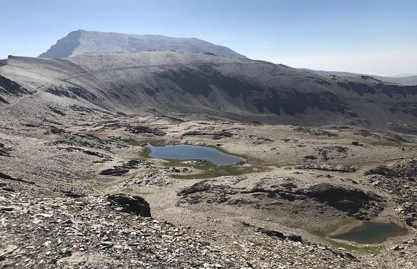 Lagunas de Río Seco, con el Mulhacén al fondo.