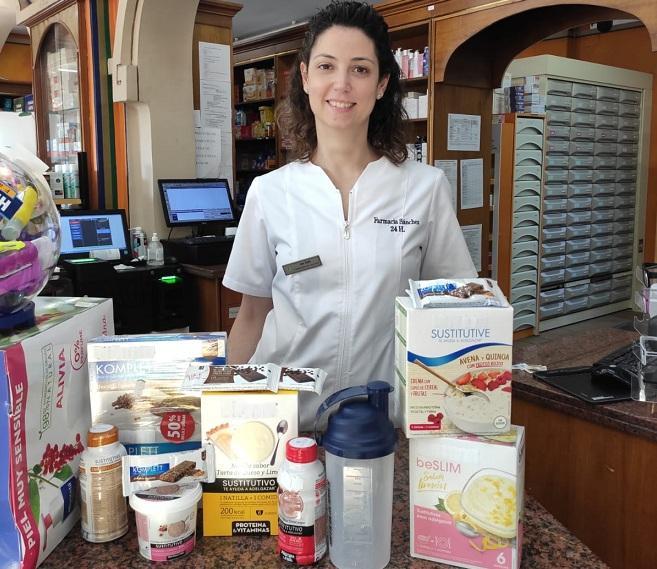 Ana Zurita Ortega, investigadora principal del estudio, con algunos de los productos analizados.