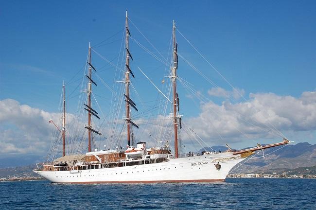 Imagen de archivo de un velero en el Puerto de Motril.