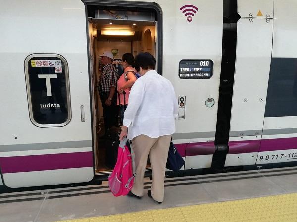 Viajeras subiendo al AVE en la estación de Granada.