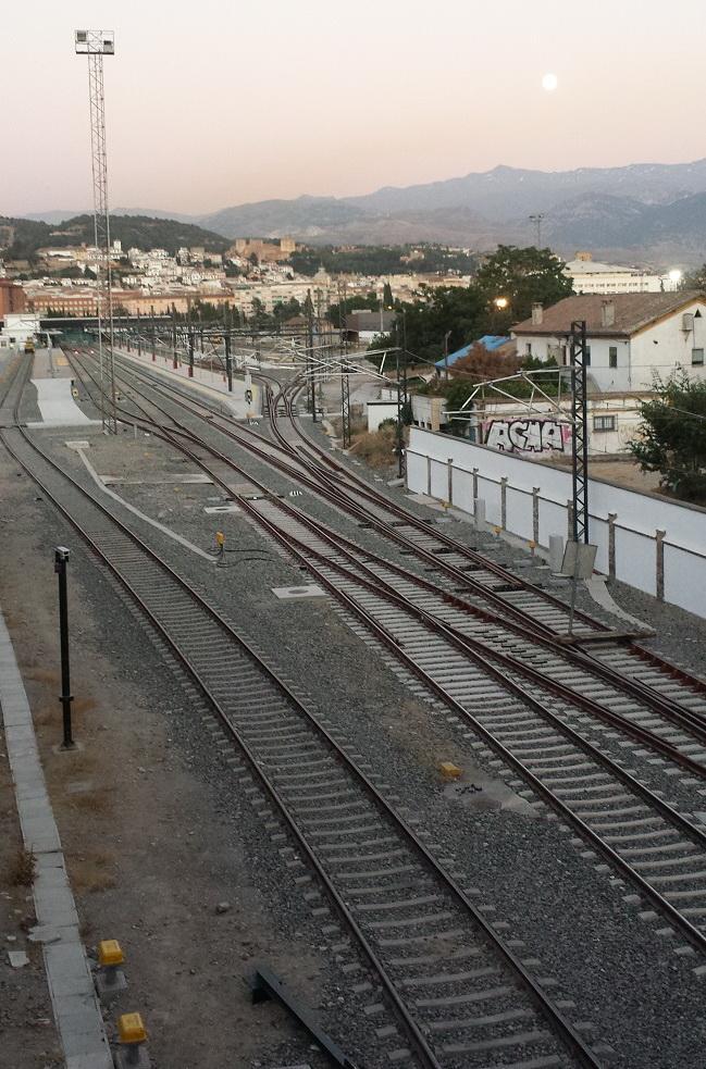 Imagen de las vías del tren desde la pasarela peatonal entre Camino de Ronda y Pajaritos.