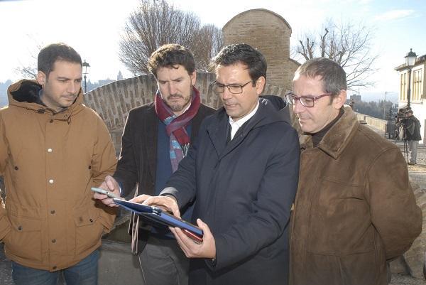 El alcalde con el representante de Emasagra y los ediles Eduardo Castillo y Miguel Ángel Fernández Madrid.