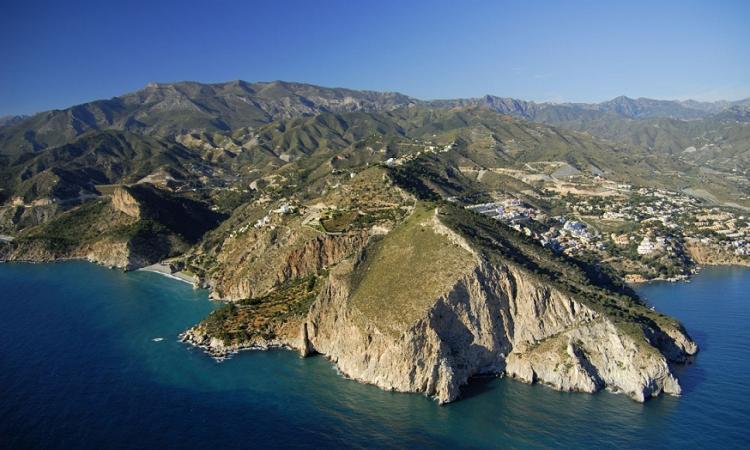 Vista de Cerro Gordo, con la playa de Cantarriján a la izquierda y La Herradura a la derecha.