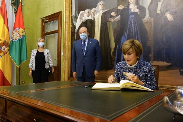 Rosario de la Torre firma en el libro de honor del Ayuntamiento de Granada.
