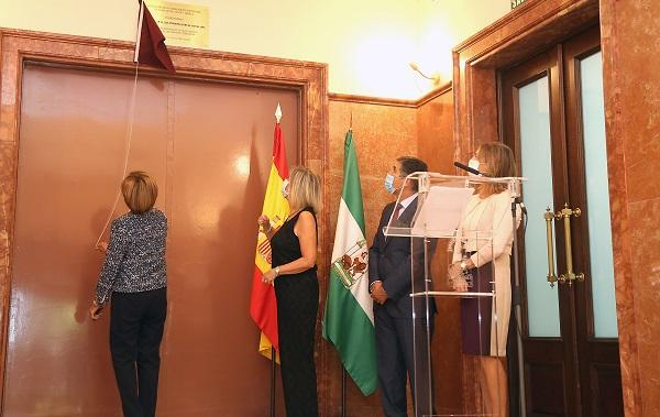 Rosario de la Torre descubre una placa en homenaje a Luis Portero.